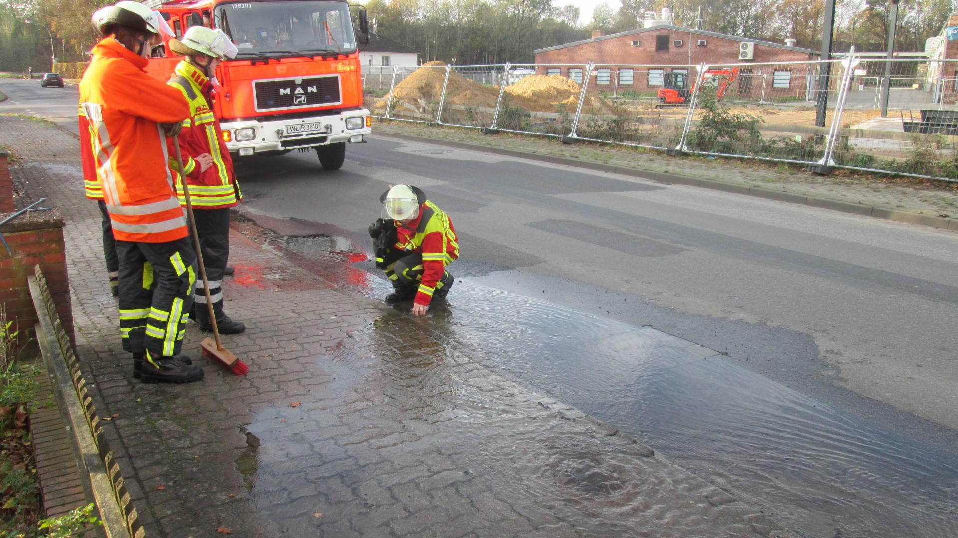 Kameraden der Feuerwehr sichern die Einsatzstelle